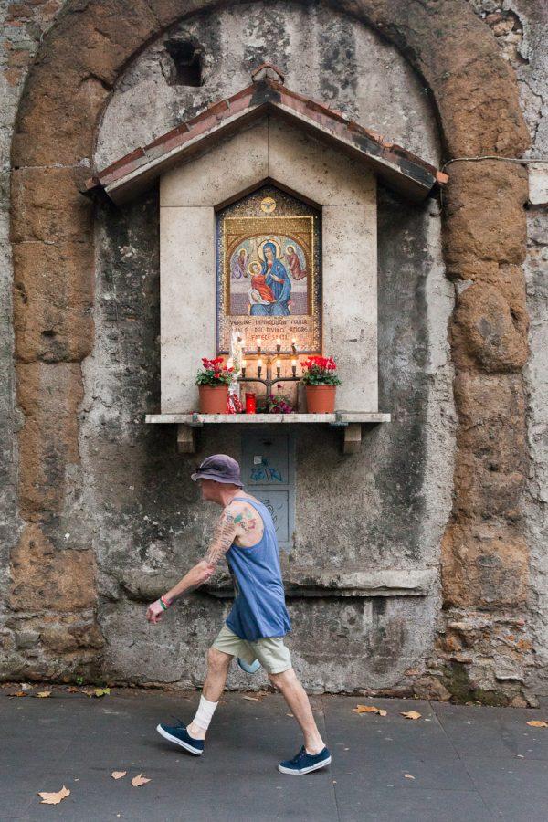 Imagen religiosa en calle de Roma.